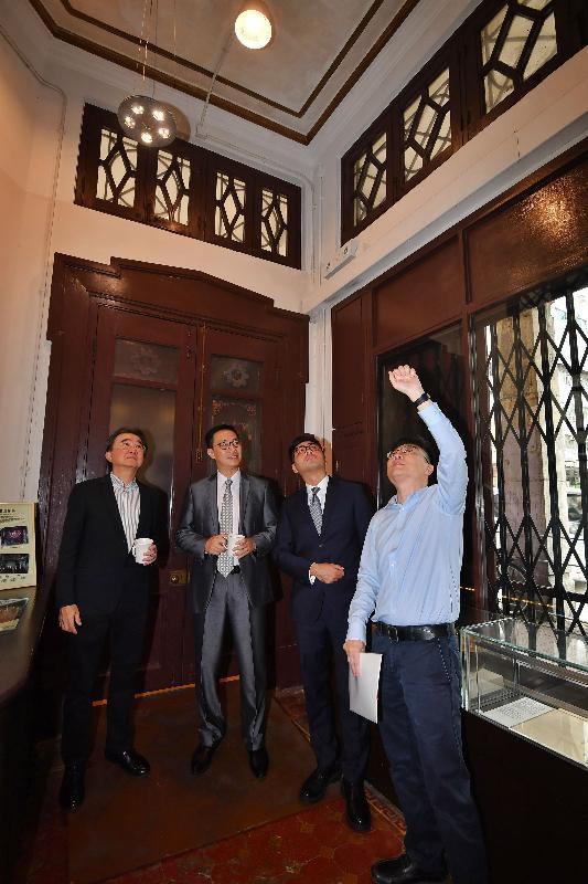 教育局局長楊潤雄(左二)今日(八月二十八日)參觀雷生春的歷史建築特色。
