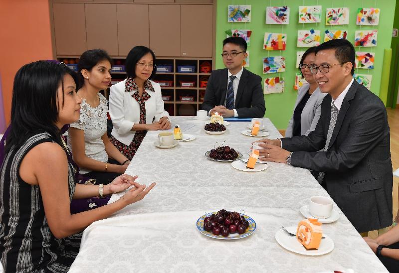 教育局局長楊潤雄(右一)今日(八月二十八日)探訪位於油麻地窩打老道的西太平洋幼稚園,該校超過九成學童來自非華語家庭。他聽取了校方簡介學校對非華語學童的支援及家長對教育服務的意見。