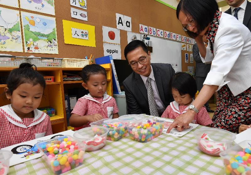 教育局局長楊潤雄(中)今日(八月二十八日)探訪西太平洋幼稚園,了解學生的學習活動。