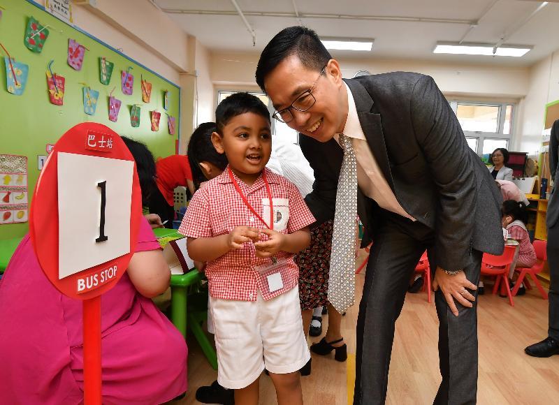 教育局局長楊潤雄(右)今日(八月二十八日)探訪西太平洋幼稚園,並與學生交談。