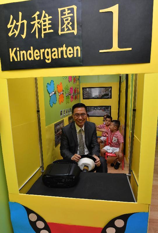 教育局局長楊潤雄今日(八月二十八日)探訪西太平洋幼稚園期間,應邀參與乘搭巴士遊戲,扮演巴士司機,接載學童展開一段巴士旅程,與他們一同享受體驗學習的樂趣。