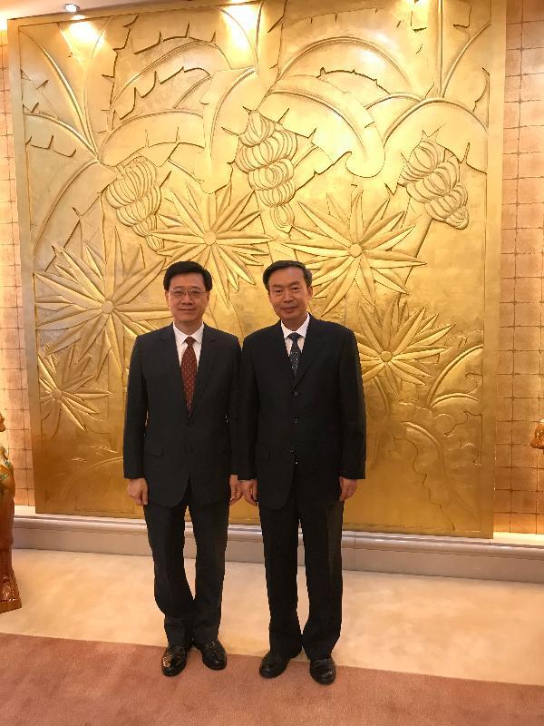 保安局局長李家超今日(八月二十八日)結束在北京的訪問行程。李家超(左)上午與交通運輸部副部長何建中(右)會面,商討如何加強雙方合作。