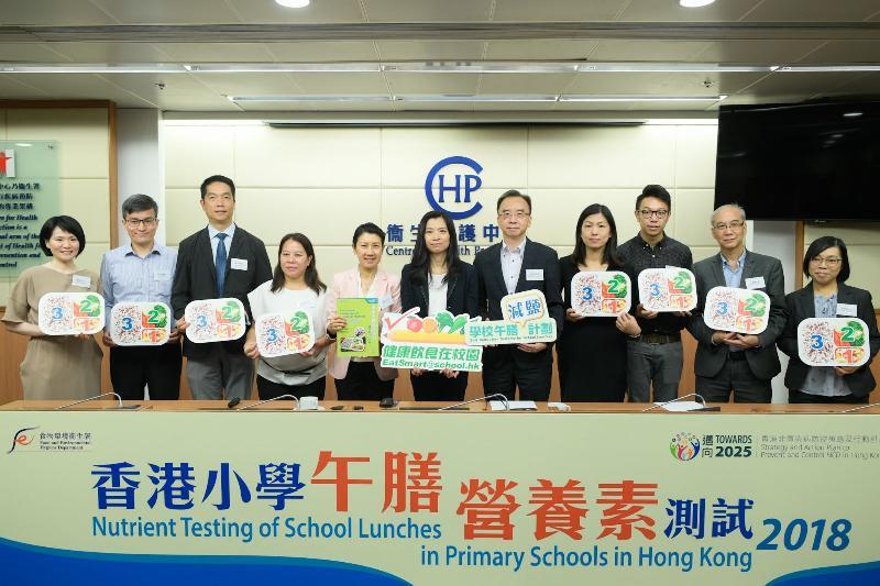 衞生署助理署長(健康促進)馮宇琪醫生(中)今日(八月二十九日)在公布香港小學午膳營養素測試結果的記者會上,與健康飲食在校園督導委員會委員及家長代表合照。