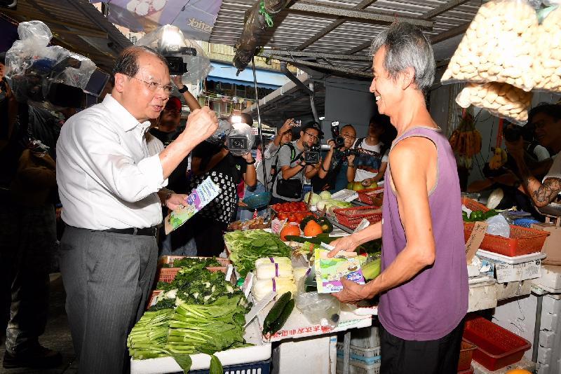 政務司司長張建宗(左)今日(八月三十日)到訪長洲商鋪,並與店主傾談,了解其防治蚊患措施。