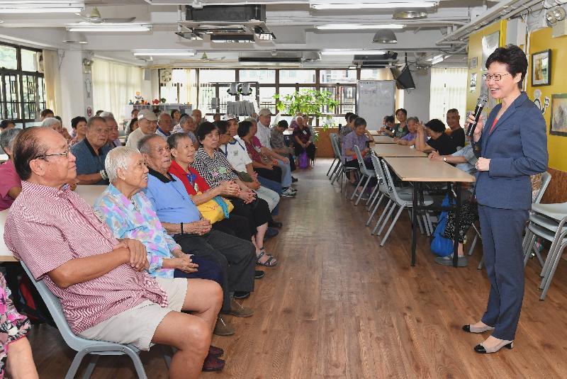 行政長官林鄭月娥今日(八月三十一日)出席惜食飯餐感謝宴2018。圖示林鄭月娥(右)參觀惜食堂社區中心,並與長者對談。