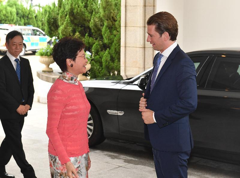 行政長官林鄭月娥(中)今日(八月三十一日)在禮賓府與訪港的奧地利共和國總理塞巴斯蒂安‧庫爾茨(右)會面。