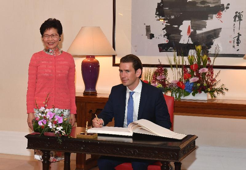 行政長官林鄭月娥(左)今日(八月三十一日)在禮賓府與訪港的奧地利共和國總理塞巴斯蒂安‧庫爾茨會面。圖示塞巴斯蒂安‧庫爾茨(右)在禮賓府的貴賓冊簽名留念。