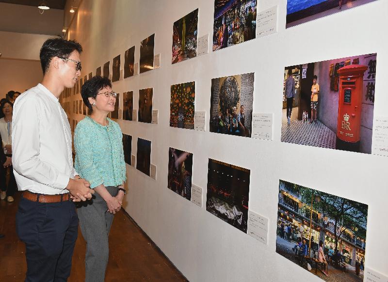 行政長官林鄭月娥(右)今日(九月一日)上午在香港浸會大學參觀香港攝影記者協會《前線‧焦點2017》新聞攝影比賽得獎作品展。
