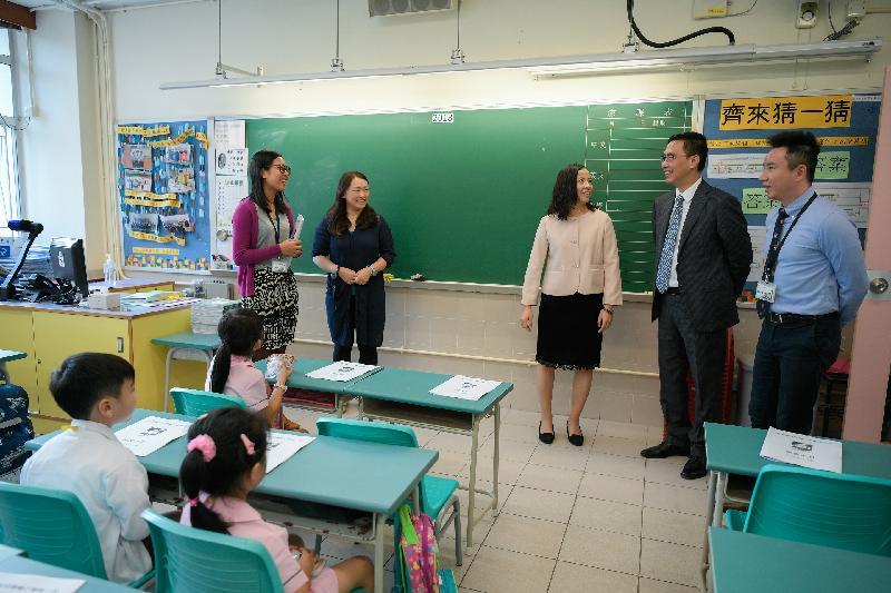 教育局局長楊潤雄(右二)今日(九月三日)探訪位於上環的英皇書院同學會小學第二校,了解開學日的情況。