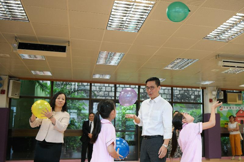 教育局局長楊潤雄(右二)今日(九月三日)探訪英皇書院同學會小學第二校,並參加學生活動。