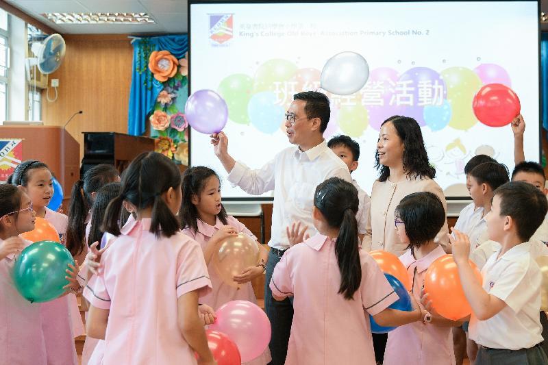 教育局局長楊潤雄(中)今日(九月三日)探訪英皇書院同學會小學第二校,並參加學生活動。