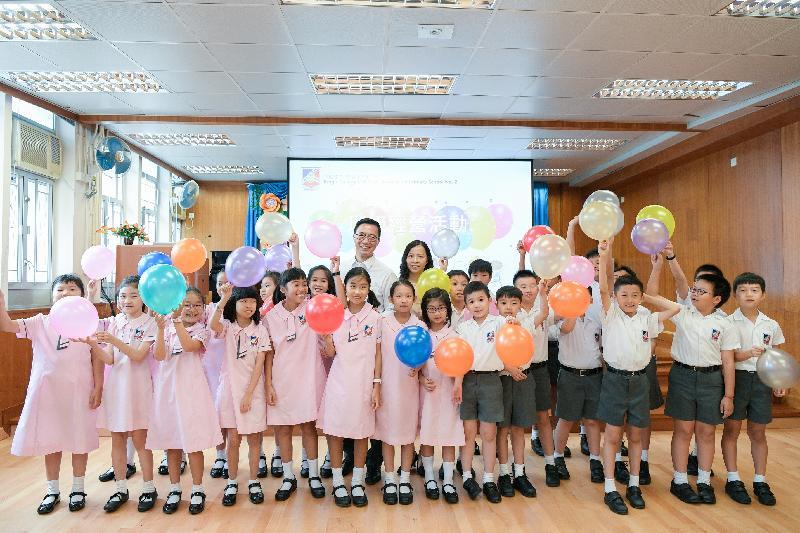 教育局局長楊潤雄(後排中)今日(九月三日)探訪英皇書院同學會小學第二校,並與學生合照。