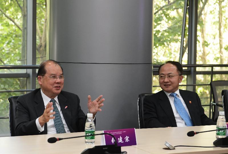 政務司司長張建宗(左)今日(九月三日)在北京主持清華大學高級公共管理碩士香港政務人才項目開學典禮前,與內地相關部委、清華大學管理高層及該項項目顧問會面。旁為中央人民政府駐香港特別行政區聯絡辦公室主任王志民(右)。