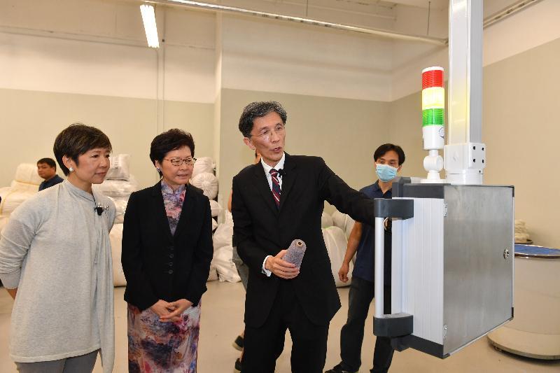 行政長官林鄭月娥(中)今日(九月三日)出席龍達紡織有限公司舊衣升級再造工廠開幕典禮,並參觀工廠設施。