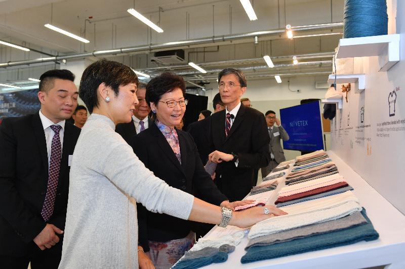 行政長官林鄭月娥(前排左二)今日(九月三日)出席龍達紡織有限公司舊衣升級再造工廠開幕典禮,並參觀工廠設施。