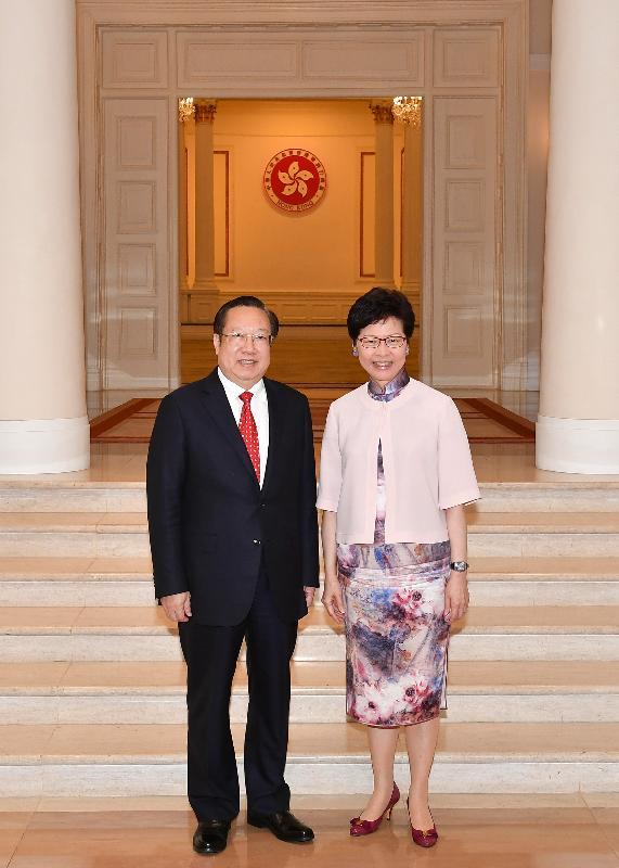 行政长官林郑月娥(右)今日(九月三日)傍晚在礼宾府与湖北省省长王晓东(左)会面。