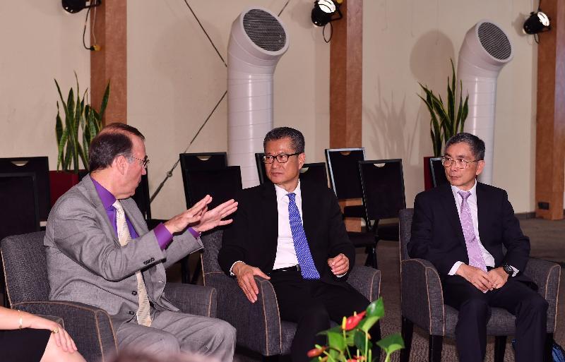 財政司司長陳茂波(中)昨日(以色列時間九月三日)到訪以色列,並在財經事務及庫務局局長劉怡翔(右一)陪同下,與以色列創新局主席及經濟部首席科學家Ami Appelbaum博士(左一)會面。