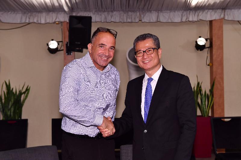 財政司司長陳茂波(右)昨日(以色列時間九月三日)到訪以色列,並與AMIT技術轉移辦公室主管Benjamin Soffer(左)會面。