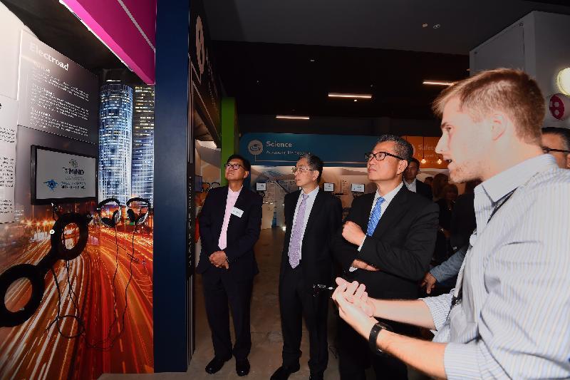 財政司司長陳茂波昨日(以色列時間九月三日)訪問以色列。圖示陳茂波(左三)及財經事務及庫務局局長劉怡翔(左二)參觀特拉維夫證券交易所的科技研發中心。