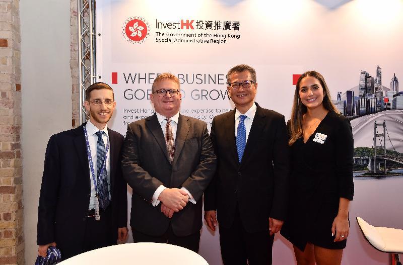 財政司司長陳茂波(右二)昨日(以色列時間九月四日)在投資推廣署署長傅仲森(左二)陪同下,參觀投資推廣署在以色列特拉維夫第六屆中國商業高峰論壇中的攤位。