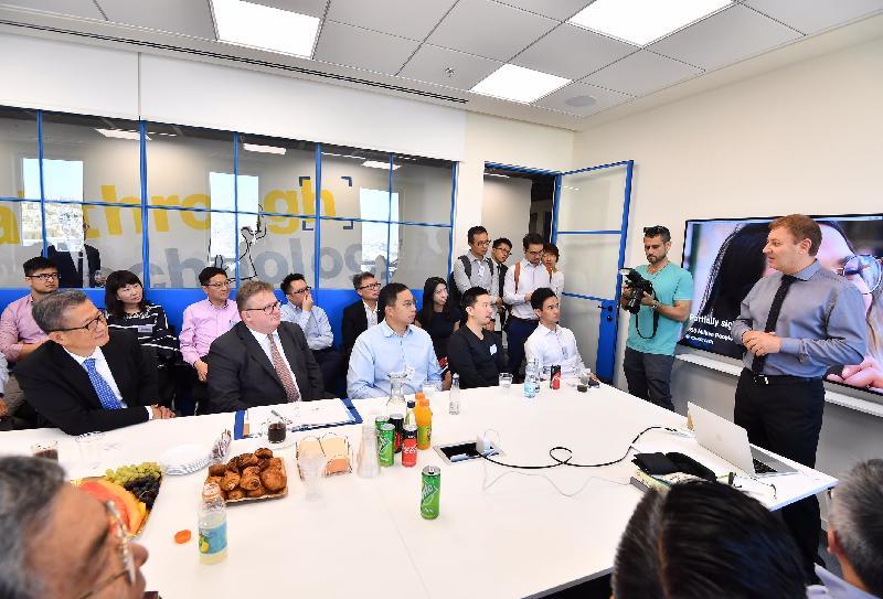財政司司長陳茂波(前排左一)昨日(以色列時間九月四日)在耶路撒冷參觀一間專門研發人工視覺技術產品公司,了解該公司在科研成果商品化的情況。