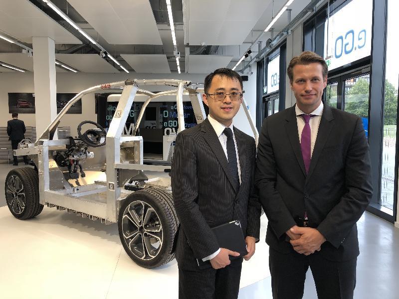 香港駐柏林經濟貿易辦事處處長李志鵬(左)於八月二十九日在德國亞琛市會見弗勞恩霍夫生產技術研究所操作技術管理部門主管Toni Drescher(右)。