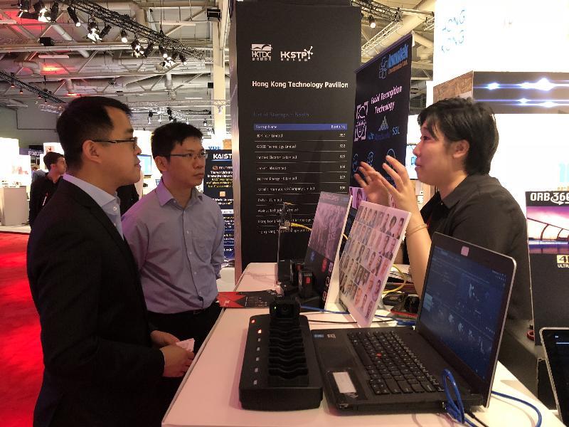 香港駐柏林經濟貿易辦事處李志鵬(左)於九月四日在德國柏林市參觀柏林國際消費電子產品展香港館。