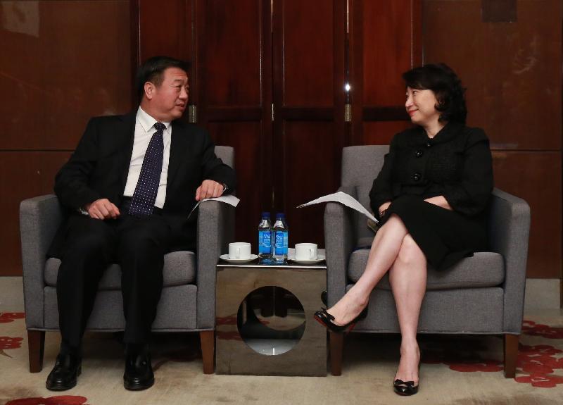 律政司司長鄭若驊資深大律師(右)今日(九月五日)在廣州與廣東省副省長李春生(左)會面。