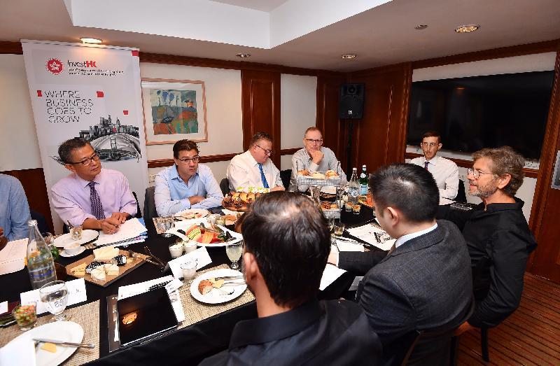 財政司司長陳茂波(左一)昨日(以色列時間九月五日)在投資推廣署署長傅仲森(左三)陪同下,在特拉維夫與以色列創新科技、金融科技和生物科技企業的代表舉行早餐會。