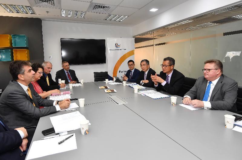 財政司司長陳茂波(右二)昨日(以色列時間九月五日)在財經事務及庫務局局長劉怡翔(右三)及投資推廣署署長傅仲森(右一)陪同下,在特拉維夫與以色列經濟和工業部長埃利·科亨(左一)會面,討論香港與以色列如何加強經濟方面的合作。