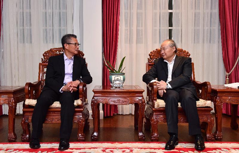 財政司司長陳茂波(左)昨日(以色列時間九月五日)禮節性拜會中國駐以色列大使詹永新(右)。