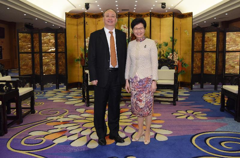 The Chief Executive, Mrs Carrie Lam, attended a dinner with the Governor of Sichuan Province, Mr Yin Li, in Guangzhou today (September 5). Photo shows Mrs Lam (right) and Mr Yin (left) before the dinner.