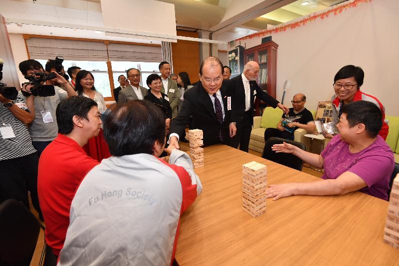 政務司司長張建宗(右二)今日(九月七日)出席扶康2018社區日,並參觀創新服務和共融藝術展。