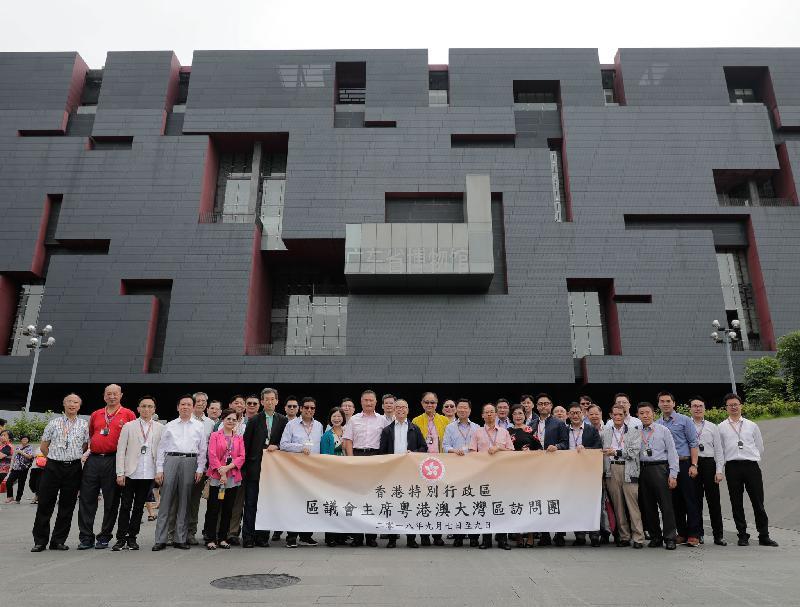民政事務局局長劉江華今日(九月八日)繼續與區議會正副主席訪問粵港澳大灣區,並在廣東省博物館外合照。