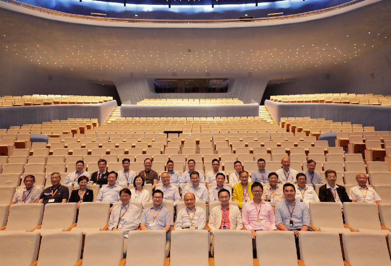 民政事務局局長劉江華(第二排左六)今日(九月九日)繼續與區議會正副主席訪問粵港澳大灣區,並在珠海大劇院內的歌劇廳合照。旁為民政事務總署署長謝小華(第二排左五)。