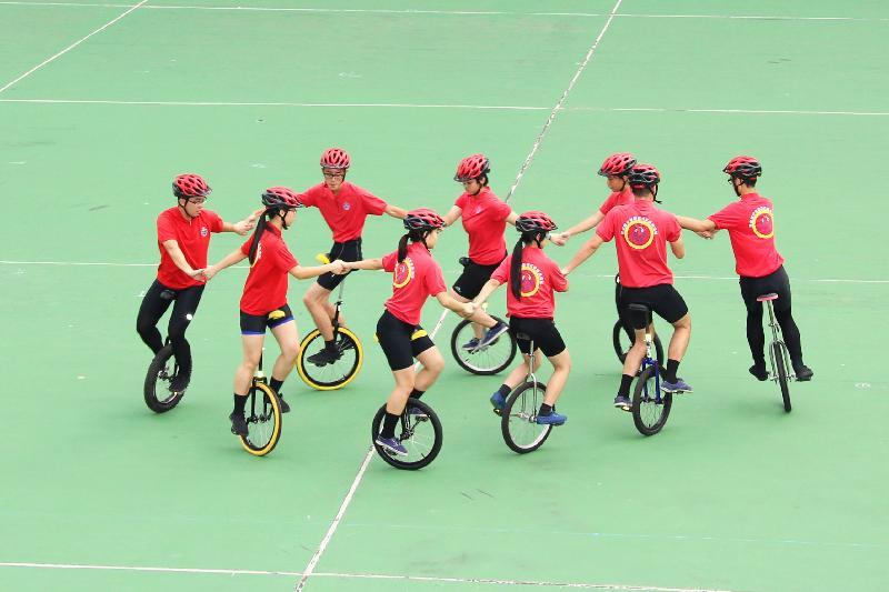 民众安全服务队(民安队)少年团今日(九月九日)在民安队总部举行民安队少年团五十周年会操。图示少年团员表演花式单车技术。