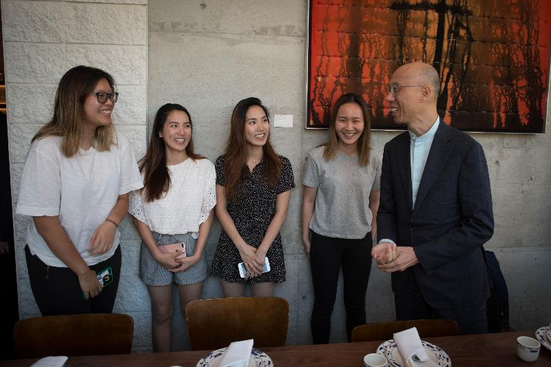 The Secretary for the Environment, Mr Wong Kam-sing (first right), today (September 10, San Francisco time) meets with Hong Kong students studying at a local university in California, the United States, to learn about their daily life.