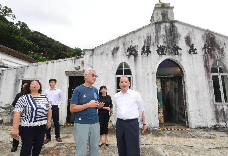 政務司司長張建宗(前排右)今日(九月十二日)參觀屬三級歷史建築的信義會禮拜堂。