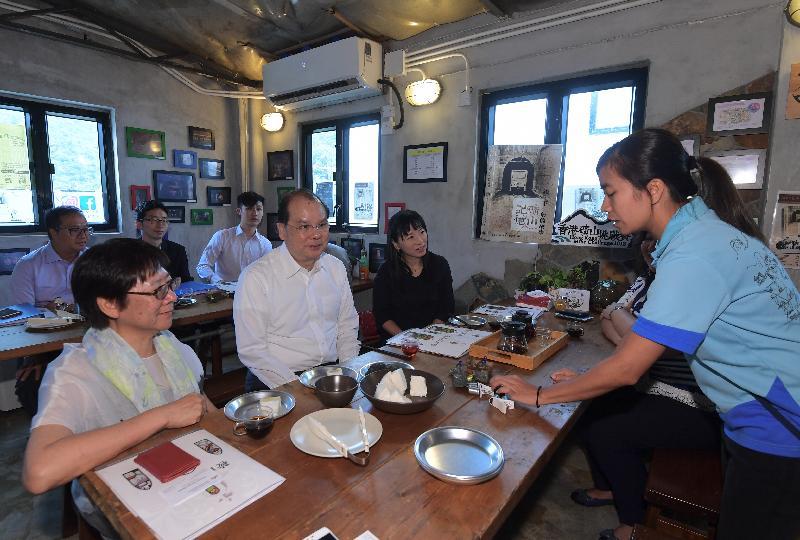 政務司司長張建宗(前排中)今日(九月十二日)參觀基督教香港信義會恩青營(鞍山探索館),並聽取職員介紹馬鞍山舊礦場的歷史。