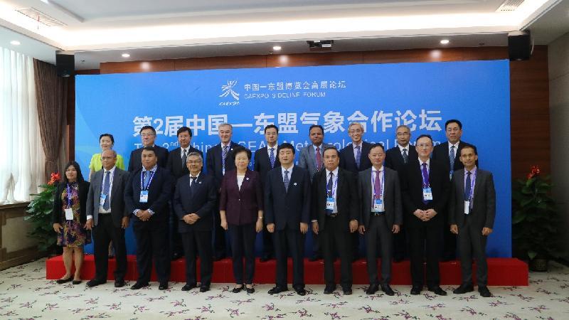 香港天文台台長岑智明(後排右三)昨日(九月十二日)在南寧出席第二屆中國——東盟氣象合作論壇,與其他出席論壇的氣象水文部門高層代表合照。