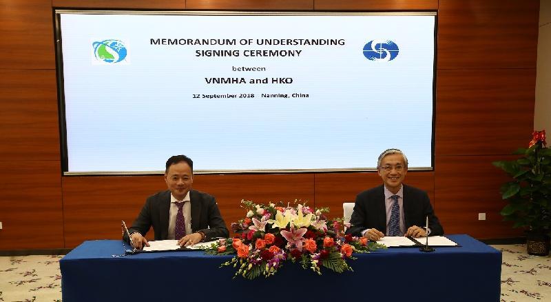 香港天文台台長岑智明(右)昨日(九月十二日)在南寧出席第二屆中國——東盟氣象合作論壇,並在論壇舉行期間與越南氣象水文局署理局長Tran Hong Thai(左)簽署諒解備忘錄。