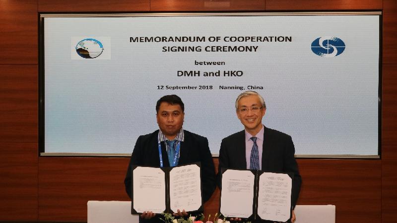 香港天文台台長岑智明(右)昨日(九月十二日)在南寧出席第二屆中國——東盟氣象合作論壇,並在論壇舉行期間與緬甸氣象及水文局局長Kyaw Moe Oo博士(左)簽署合作備忘錄。