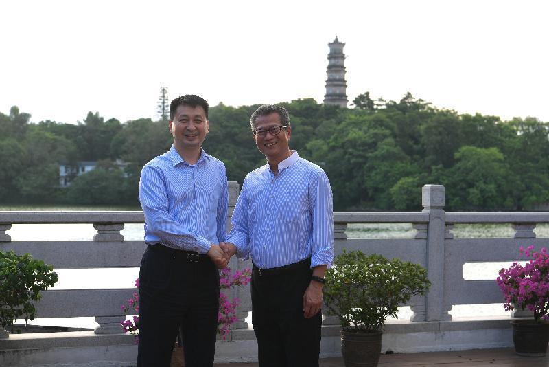 The Financial Secretary, Mr Paul Chan (right), today (September 13) visits Huizhou and meets the Mayor of Huizhou, Mr Liu Ji (left).
