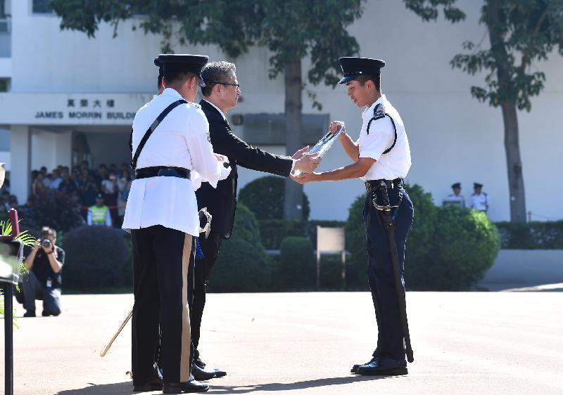 財政司司長陳茂波(左二)今日(九月十五日)上午在香港警察學院結業會操頒發最優秀學員獎。