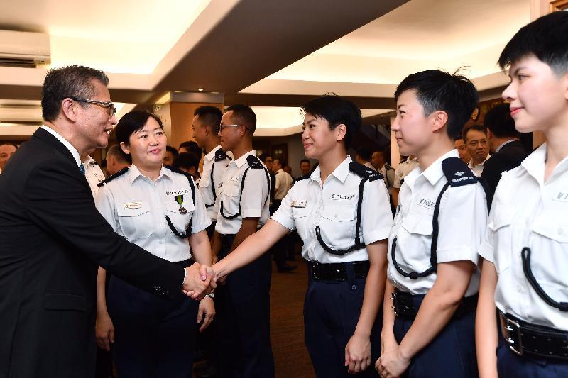 財政司司長陳茂波(左一)今日(九月十五日)上午在香港警察學院結業會操檢閱見習督察和學警後,與見習督察交談。