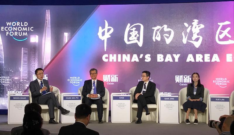 財政司司長陳茂波(左二)今日(九月十八日)在天津出席世界經濟論壇2018年新領軍者年會,並在有關灣區經濟的環節上擔任主講嘉賓。