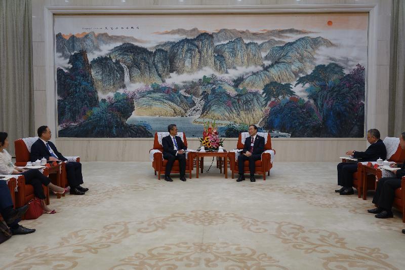 財政司司長陳茂波(左三)今日(九月十八日)聯同創新及科技局局長楊偉雄(左二)與天津市副市長趙海山(左四)會面,就津港加強合作交換意見。