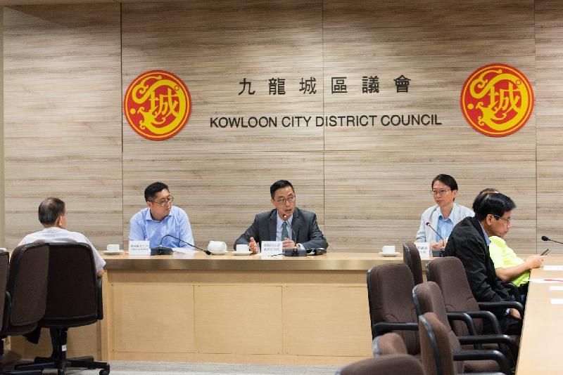 教育局局長楊潤雄(中)今日(九月十九日)到訪九龍城區議會與主席潘國華(右)及區議員會面,就教育及其他地區事務交換意見。