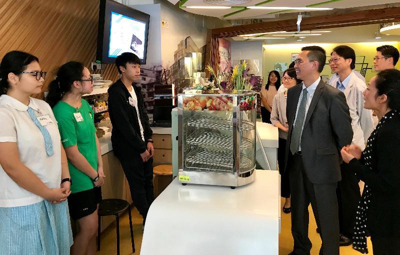 教育局局長楊潤雄(右三)今日(九月十九日)探訪位於晴朗商場的香港聖公會九龍城青少年綜合服務中心,參觀多項為青少年而設的設施,並與青少年交流,聆聽他們的心聲,給予鼓勵。