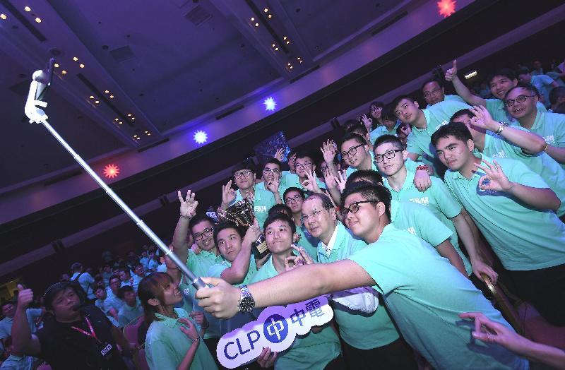 政務司司長張建宗今日(九月二十日)出席香港機電業推廣工作小組舉辦的「機電‧啟航」迎新典禮。圖示張建宗(前排右二)和其他嘉賓在活動上合照。